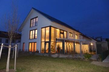Das Sonnenhaus der Familie Schuster bei Nacht / Foto: Anke Schuster