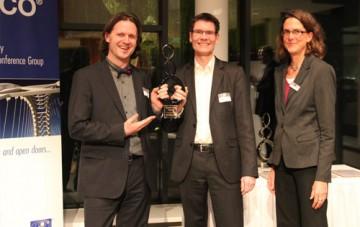 Timo Leukefeld (links) und Stephan Riedel erhalten gemeinsam den Renergy Award 2014 (hier mit Miriam Hegner, Reeco GmbH) Bildquelle: Timo Leukefeld