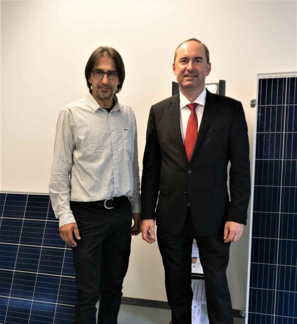Architektr und Vorstandsmitglied Bernd Kerscher mit Wirtschaftsminister Aiwanger beim Termin in Hallbergmoos