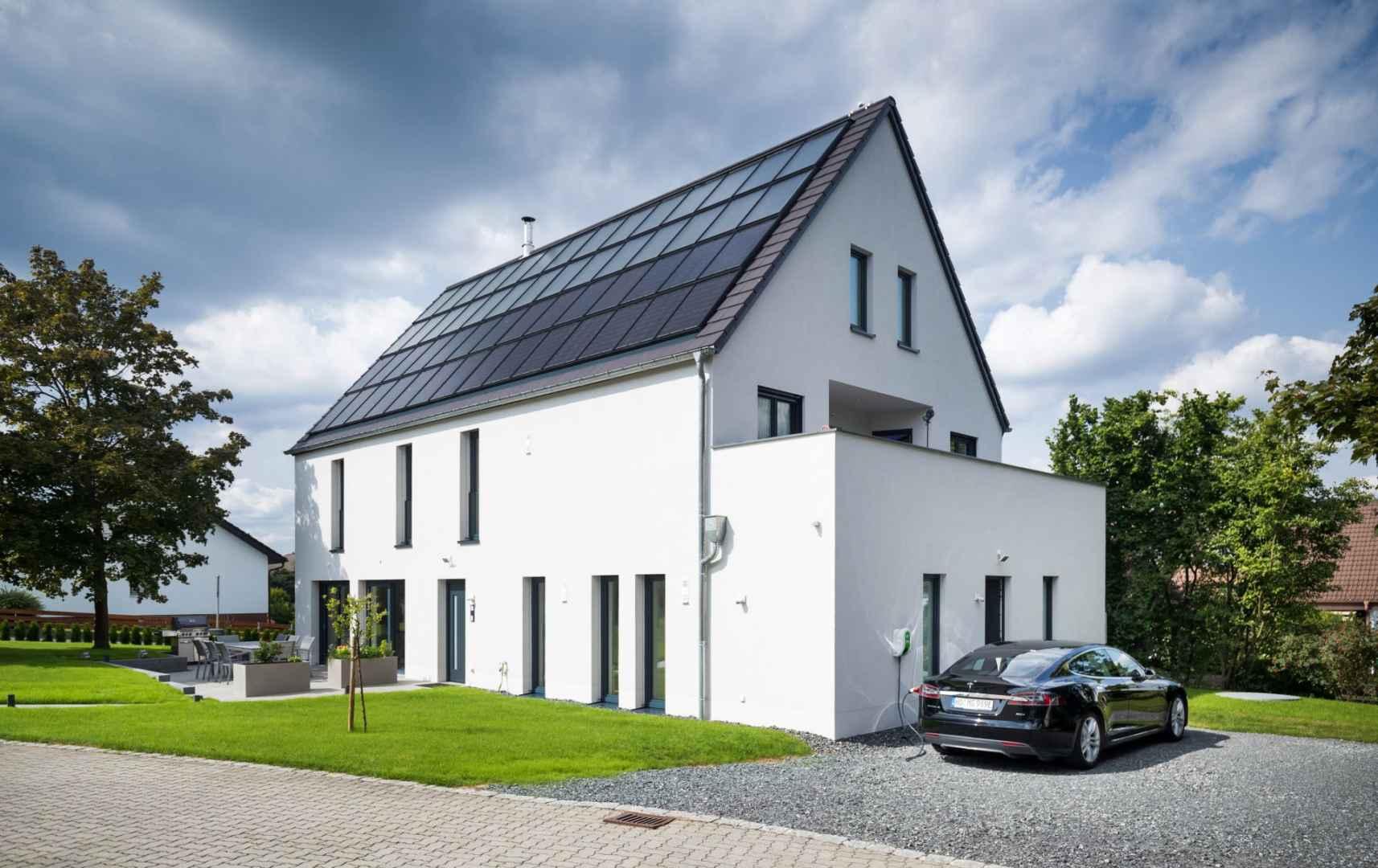 Die großen Solarthermie- und Photovoltaikanlagen auf dem Dach dieses Sonnenhauses erzeugen Energie für Wärme, Strom und Elektromobilität. Foto: Sonnenhaus-Institut / Udo Geisler